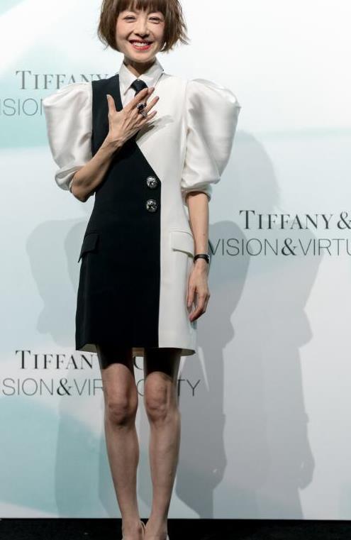 鲁豫的衣服颜色对身材没影响,穿黑白泡泡袖连衣裙,纤细感没变化