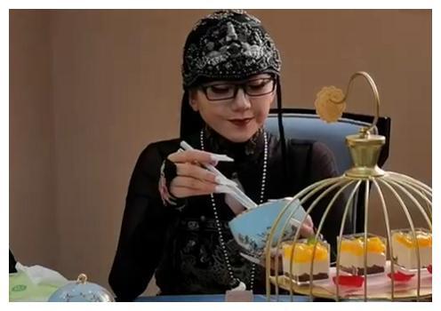 杨丽萍陪客一口不吃,拿空碗做样子被指活太累,曾自曝从不吃米饭