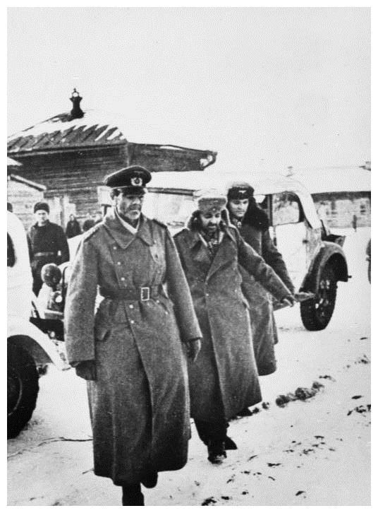 保卢斯被俘,营救失败,德国就给操办葬礼,结果保卢斯却出现了