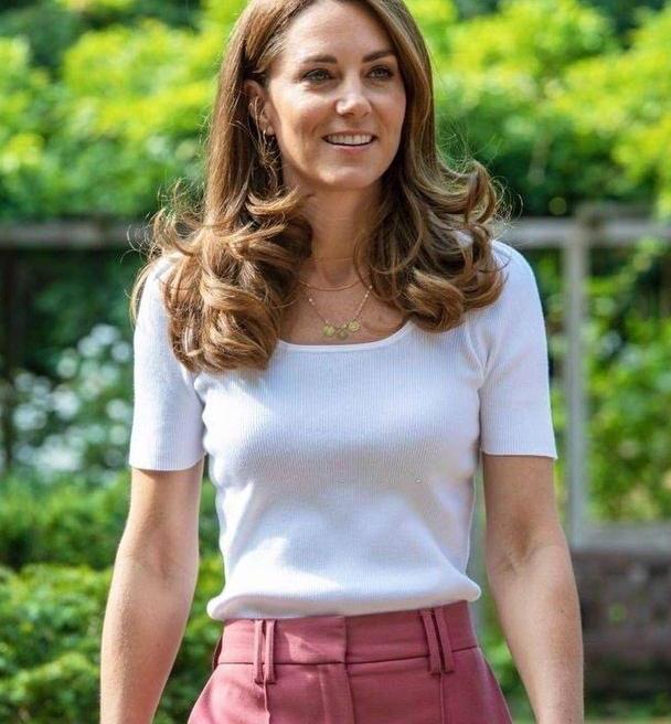 """凯特王妃也""""翻车"""",穿短西装配高跟打排球,跳起来的瞬间尴尬了"""
