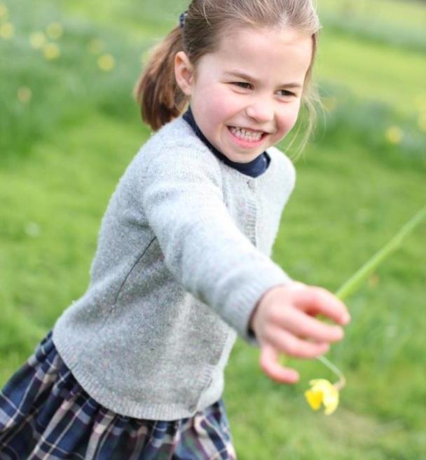 夏洛特越长越清纯!吊带裙配白T恤亭亭玉立,5岁五官酷似英女王