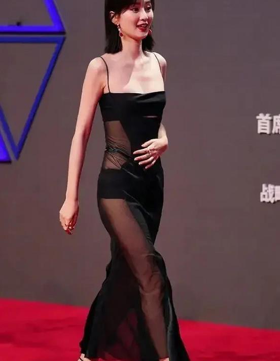 乔欣这穿搭好难懂,一袭吊带裙身材曲线已够好,可拼接面料显俗艳