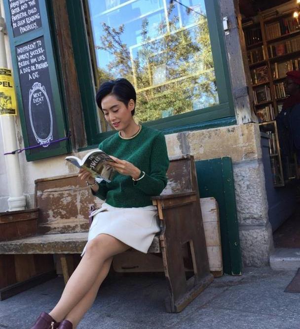 朱茵国外度假太会穿,绿色针织衫配半身裙街拍,气质高雅迷人