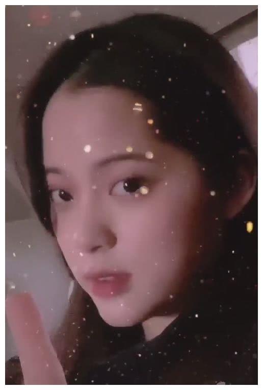欧阳娣娣自拍,把镜头转向欧阳娜娜的侧脸,五官是否立体一目了然