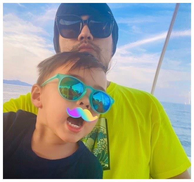 周杰伦父亲节晒亲子照 与儿子罗密欧同戴墨镜超酷