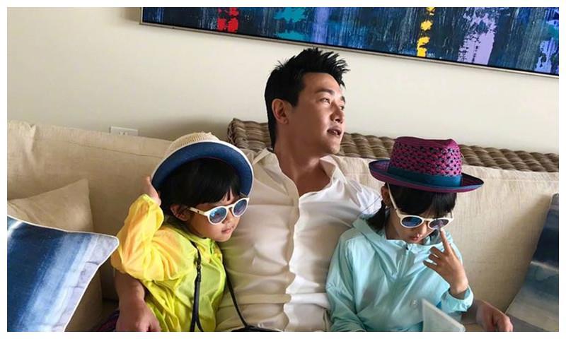 陆毅与两个宝贝女儿合照,贝儿长腿轻松抢镜,网友:长得太快了