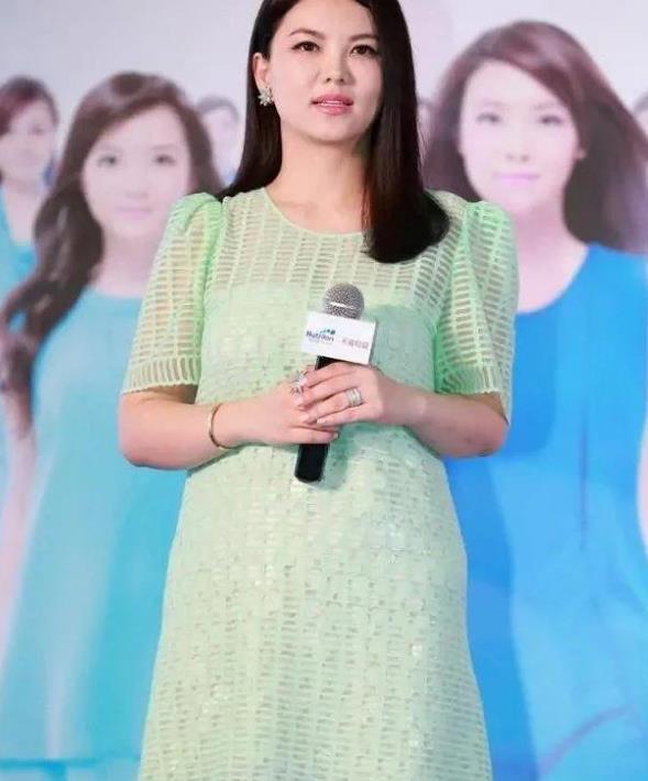 现在才发现李湘的美!穿绿裙似20岁小姑娘,王岳伦真不懂惜福