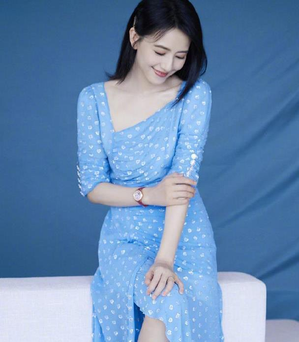 高圆圆天然脸真是抗打,穿蓝白碎花裙清新脱俗,牛奶肌白到发光