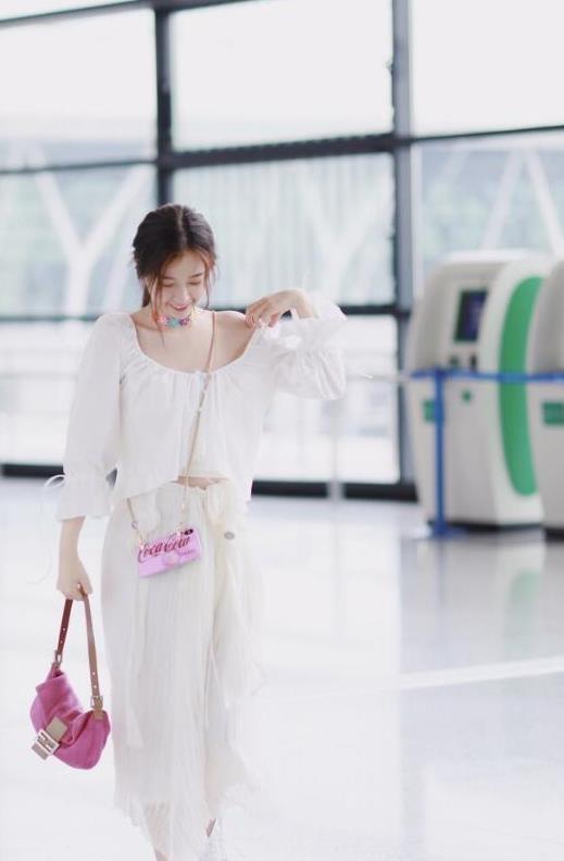 """虞书欣不""""作""""也太美了,穿一袭白裙随风飘荡,气质优雅好文艺"""