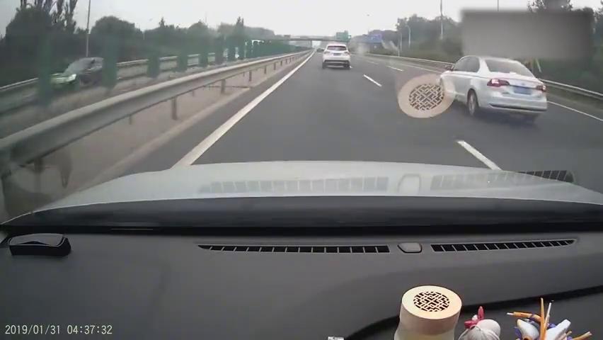 真爱生命,远离车祸。请不要横穿高速公路