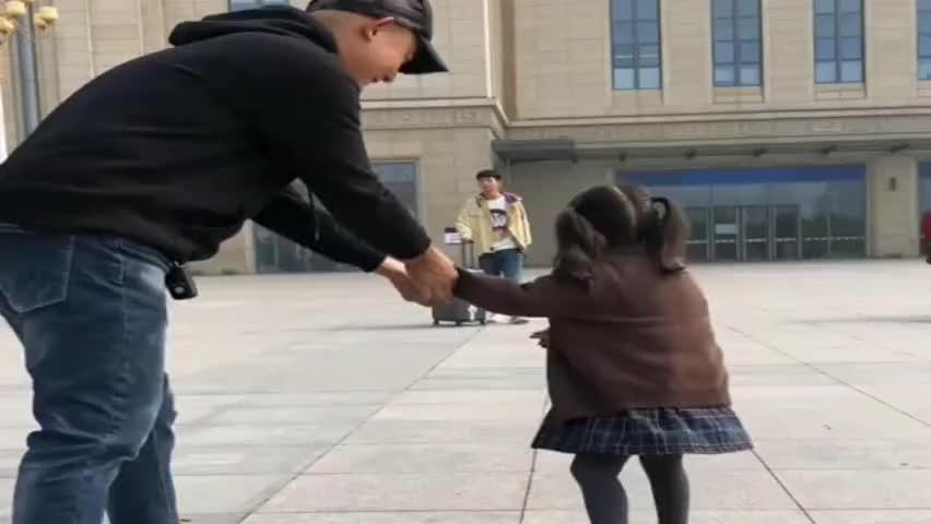 哥哥回来的那一刻,妹妹转身跑向哥哥的怀抱,心疼爸爸一秒钟!