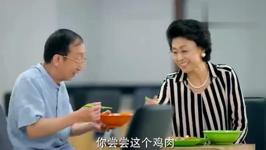 老头和美丽老太太互相喂饭,怎么被媳妇看到正着,却还反问有啥错
