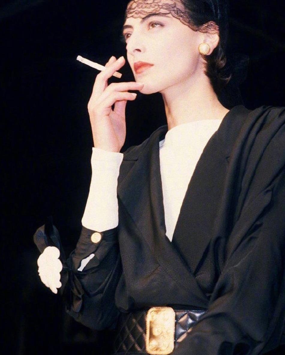 她是香奈儿首位专属模特,肤白貌美大长腿,气质无人能敌!