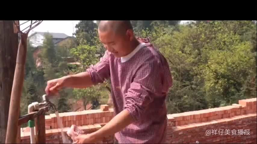 农村四哥家里来了1位客人王四和老爸煮腊肉香肠炖排骨汤招待