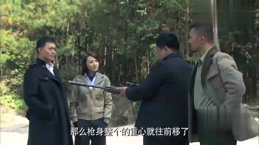 好剧:队长教大家使用狙击步枪,不料姑娘天赋惊人,枪枪命中瓶塞