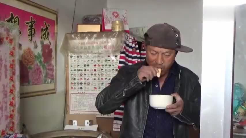 午饭麻辣米粉白菜?农民大黑说啥了,媳妇怒怼,直呼爱好吃土豆丝