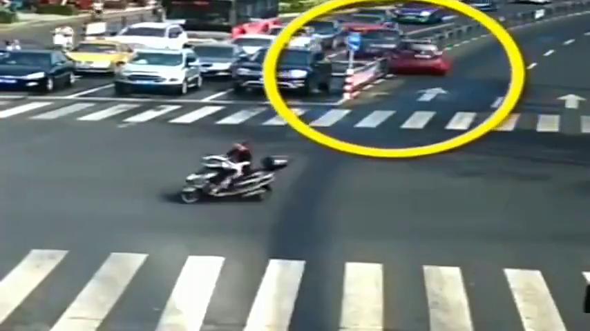 十字路口的搞笑车祸,女司机上演原地漂移,不输专业赛车手
