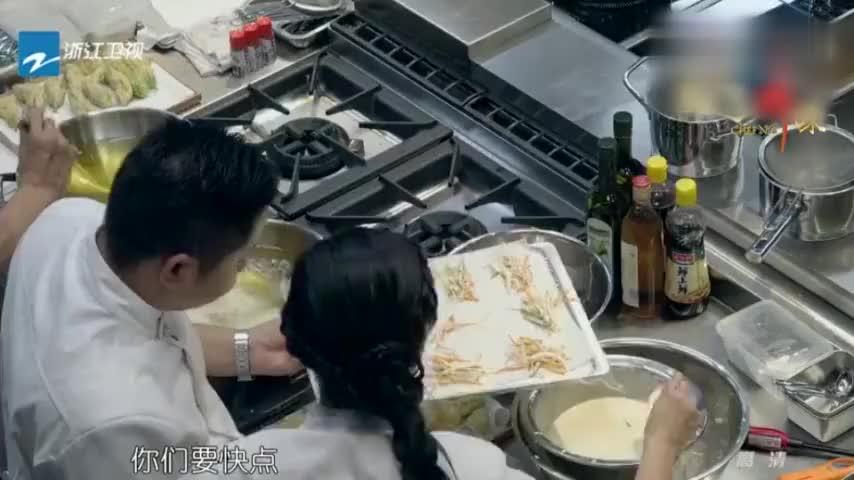 十二道锋味:前菜进度缓慢,场面混乱,谢霆锋在一旁黑脸