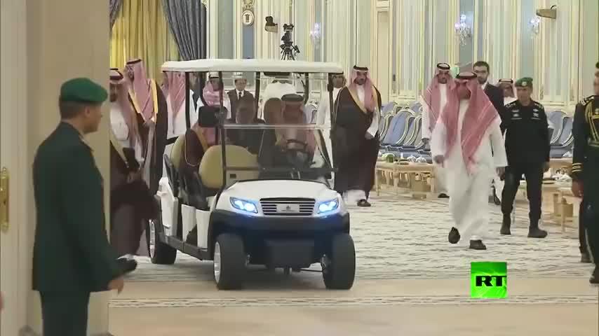 普京会见沙特国王,两位大佬坐这样的观光车,真够憋屈的