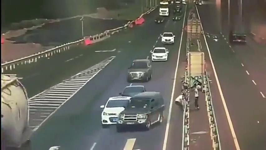 高速发生二次车祸,调取监控,这是谁的责任?