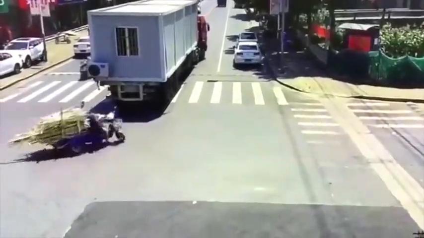 老人路口出车祸,要不是监控这真相谁会想到