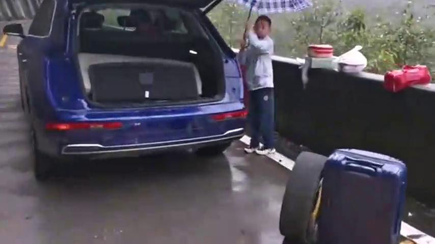 雨中的318国道,奥迪车抛锚无人施救,你会怎么做?