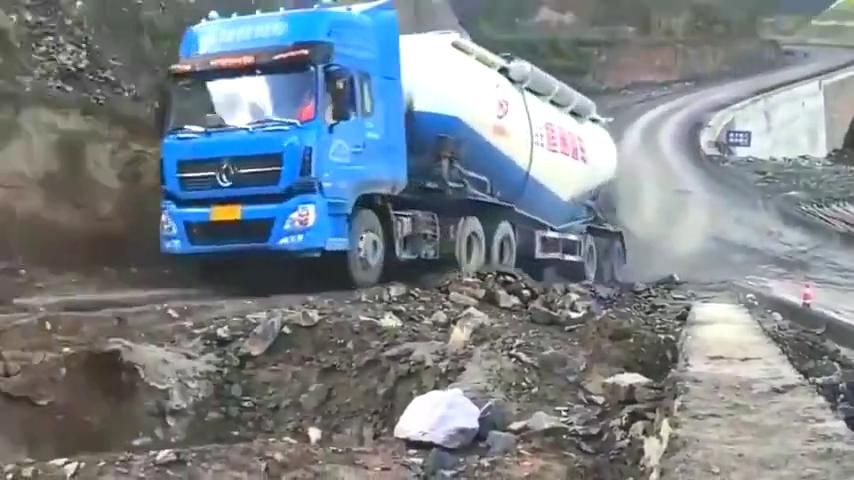 大货车司机重车爬坡,低档位大油门一路向前冲,这技术无力吐槽