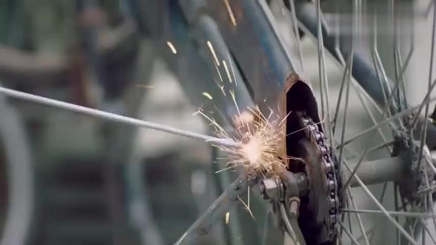 方原自制改造自行车,为其弄上广告,不料出现一名富婆直盯着方原