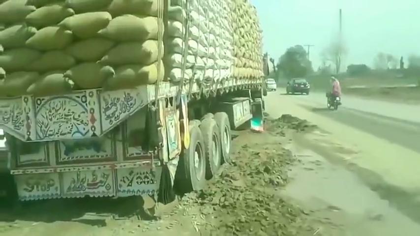 监控:印度货车超载太平常,百吨级别算入门,就是这样太费车