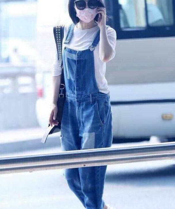 许晴才是机场最佳模特,穿牛仔背带裤内搭白T恤,不像51岁像25岁