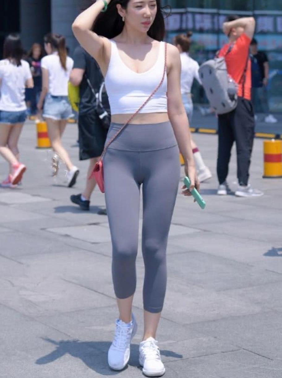 街拍,白背心搭配灰色瑜伽裤,展现美女靓丽的身姿