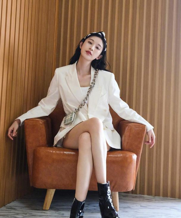 张俪,白色西装配短裤帅气干练
