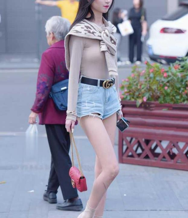 美女街拍:紧身衣配上超短牛仔裤,打造出表妹高挑的身材
