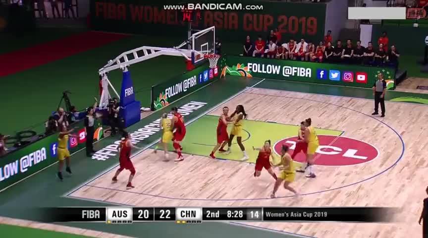 女篮亚洲杯中国VS澳大利亚 灵突强打武桐桐1V2强打得分