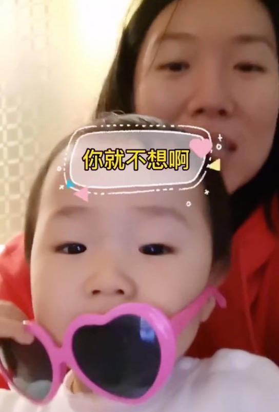 李晓霞抱女儿表白老公,3次问爱女:想爸爸吗?小樱桃摘眼镜萌爆