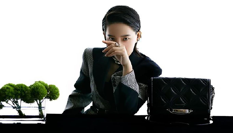 李斯丹妮穿西装真飒,拼接格纹率性优雅,背头造型气场强大显气质