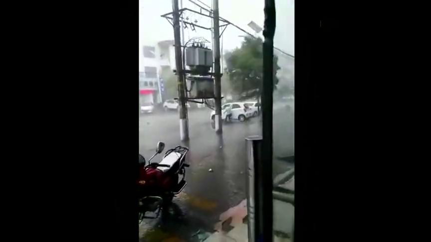 这场暴风雨好大,汽车都被风刮跑了