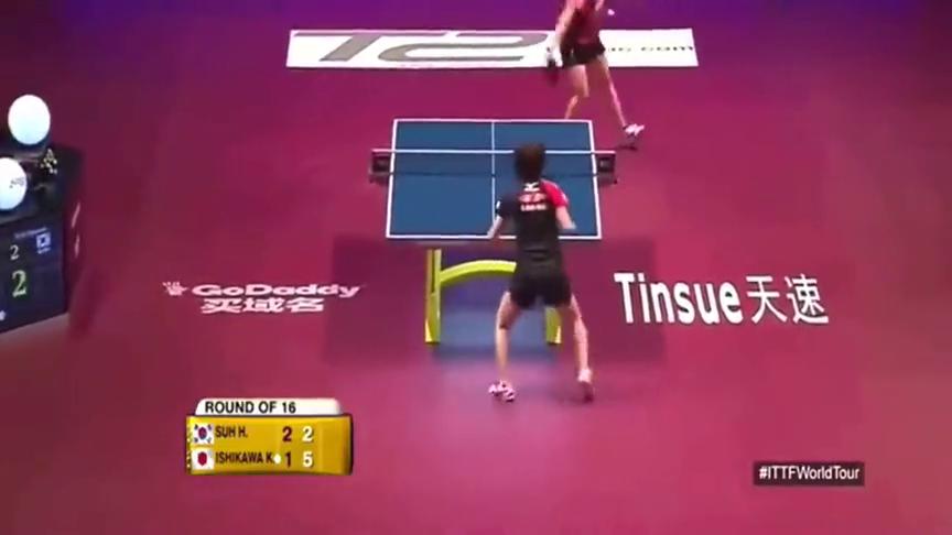 石川佳纯直接扑到球台上,救球方式够拼!就差学马龙跳球台了