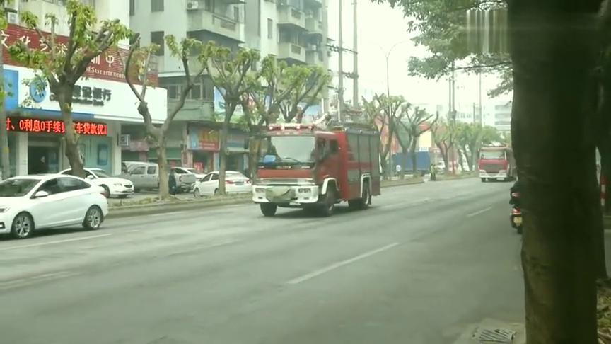 消防车出动,道路车辆自动停车礼让,这里是中国!