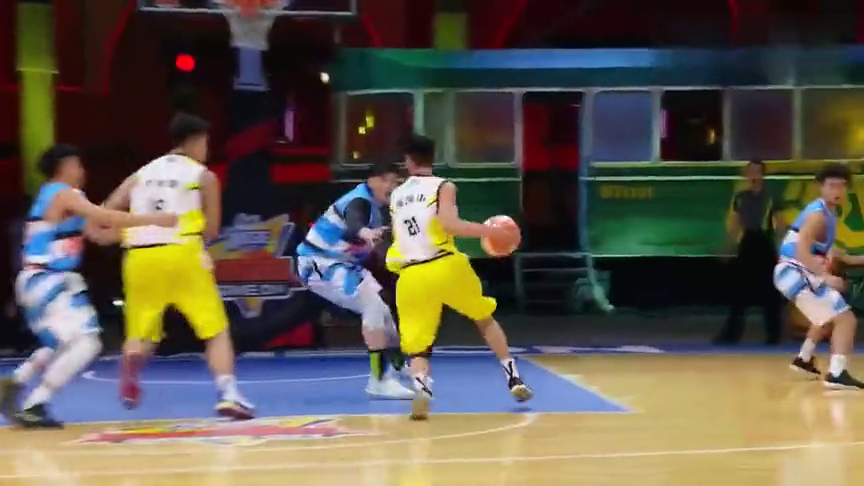 我要打篮球:铁牛女友惊喜现身,烽骑士比分落后李易峰暖心安慰