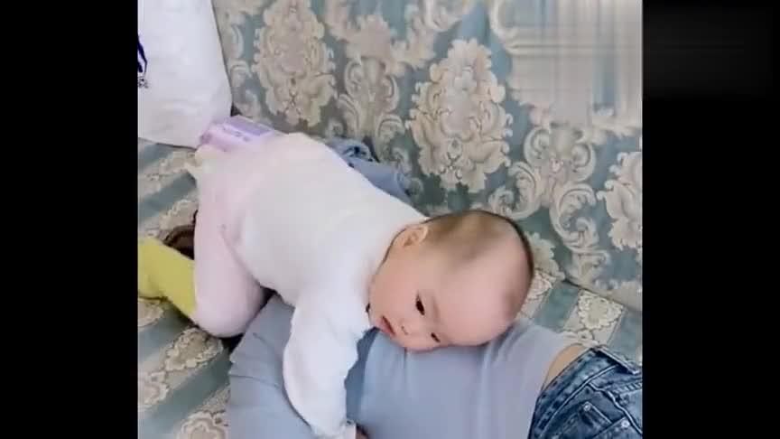 这孩子不知道跟谁学的,就喜欢骑他小姨的头上,真是无法无天了
