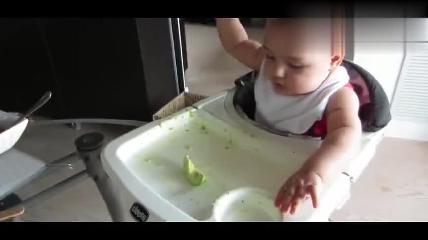 小宝宝第一次吃甜瓜,兴奋的一到手立马就吃,这吃相太逗了!