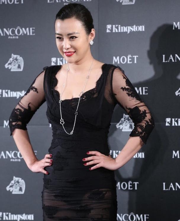 42岁郝蕾太惊艳,这么紧的蕾丝裙也敢穿,窈窕身材不像俩娃妈