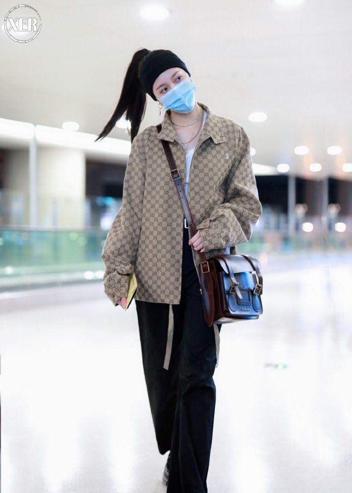 宋妍霏穿印花外套,今日是脚踩乐福鞋,头戴发带的复古酷女孩