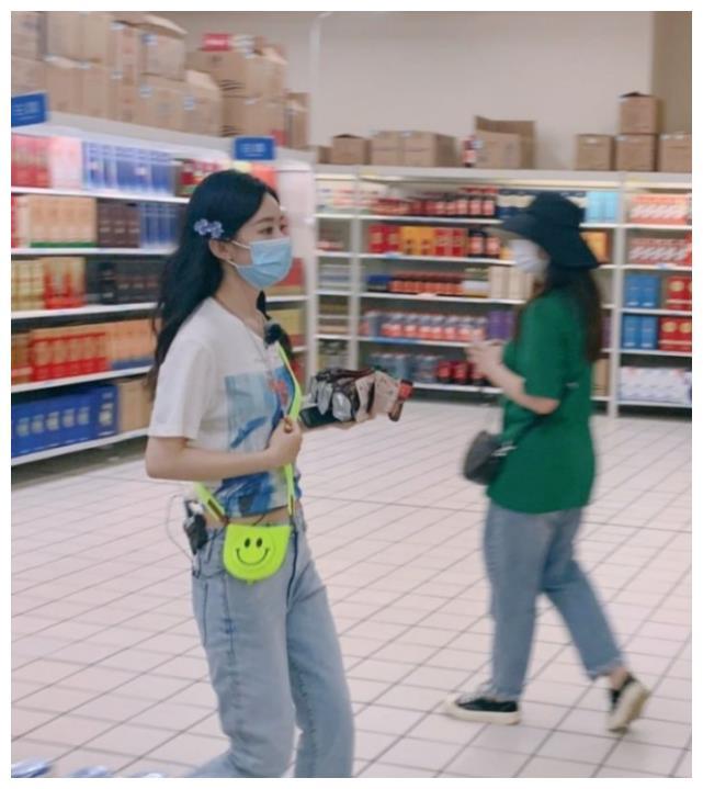 《中餐厅》赵丽颖买菜被堵,工作人员救场,谁注意她肩膀上的手?