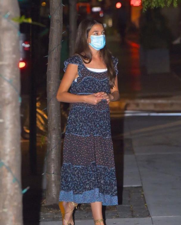 """14岁小苏瑞变""""黑妞""""?穿蓝色连衣裙配绑带凉鞋,打扮简约显土"""