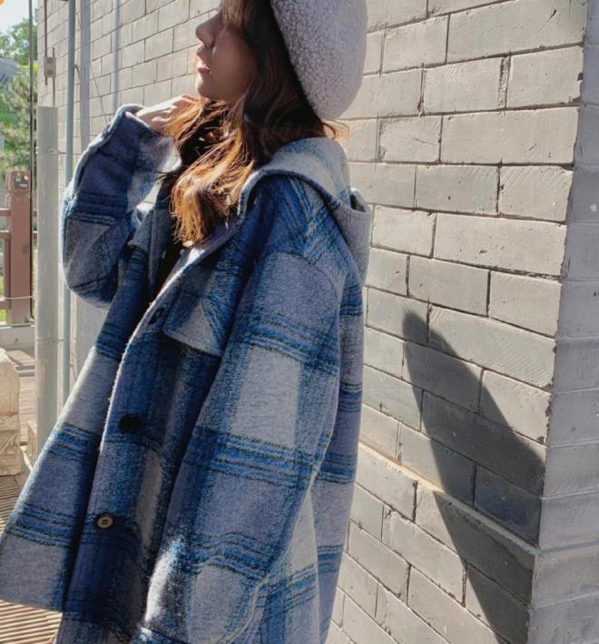 张子萱穿搭温柔又知性,穿蓝色格纹呢子外套好嫩,真不像是孩子妈
