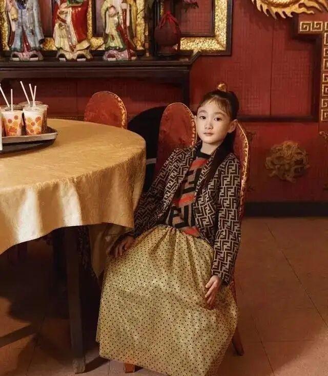 李小鹏女儿奥莉拍摄时尚杂志,气质独特,惹人喜爱!