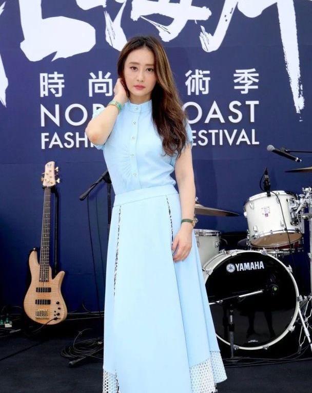 陈德容穿蓝色套裙现身,搭运动鞋并不好看,老了还一味的扮嫩!