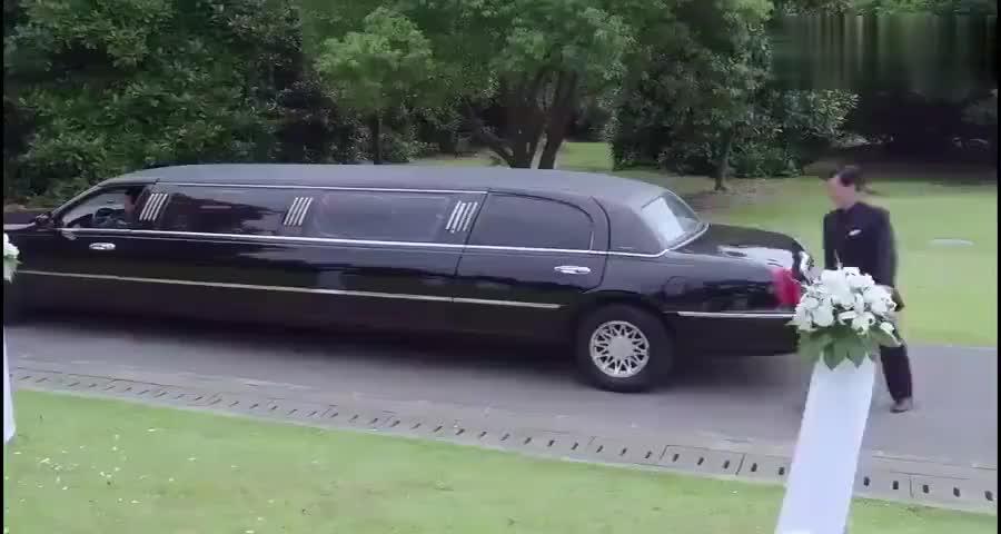富婆在老公葬礼上对小姑娘抽了一巴掌,原来小姑娘的身份可不简单